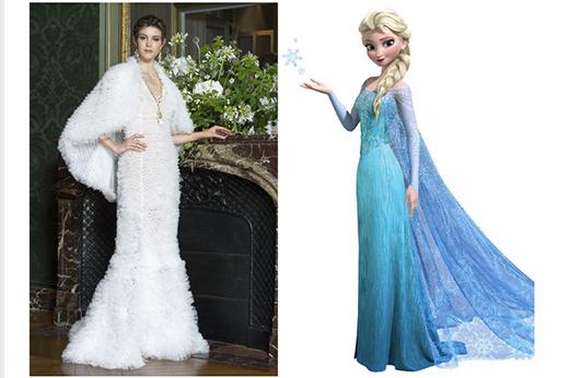 Bộ váy dài thướt tha với phần áo choàng ngắn được khơi nguồn cảm hứng từ hình ảnh nữ hoàng băng giá Elsa nhưng với màu trắng tinh khôi chứ không phải sắc xanh đặc trưng.