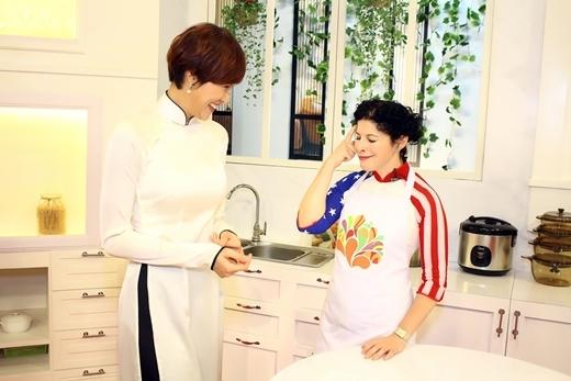 Trong chương trình, Phương Mai cùng bà Rena Bitter tham gia thực hiện nấu món ăn Việt. - Tin sao Viet - Tin tuc sao Viet - Scandal sao Viet - Tin tuc cua Sao - Tin cua Sao