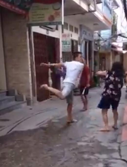 Nam thanh niên to lớn đánh đập một bà cụ gần 70 tuổi dã man
