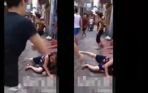 Bị nam thanh niên đánh quá mạnh bà cụ đã ngã ra đường