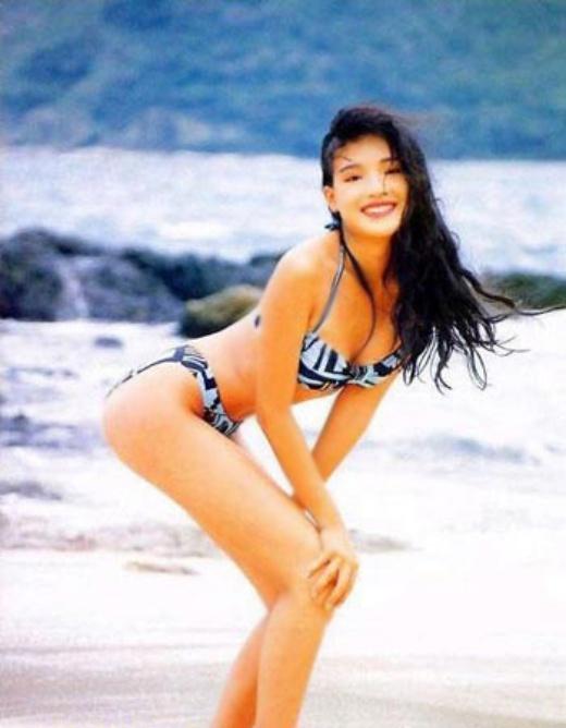 Cựu hoa hậu Trần Pháp Lai được nhiều người yêu thích với làn da sáng và vóc dáng nhỏ nhắn nhưng rất cân đối.   Thư Kỳ có một thời nóng bỏng với đầy rẫy những tấm hình gợi cảm.   Từ Nhược Tuyên nóng bỏng