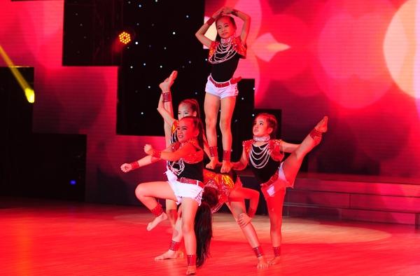 Nhóm Big Baby gồm 5 em nhỏ từ 8-10 tuổi dự thi ở thể loại mục nhảy hiện đại. Mặc dù có trang phục đẹp, động tác nhảy mạnh mẽ, nhưng các bé lại thiếu sự đồng đều. - Tin sao Viet - Tin tuc sao Viet - Scandal sao Viet - Tin tuc cua Sao - Tin cua Sao