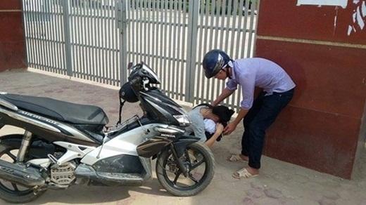Trương Thị Lan và anh trai trước cổng trường THPT Nguyễn Văn Trỗi.