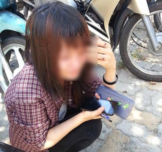 Nữ sinh khóc nữ nở vì bị đình chỉ thi.