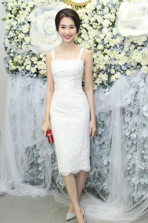 Khác với vẻ yêu kiều, đằm thắm thường thấy, bộ váy cúp ngực với hai dây bản to rên nền chất liệu ren lại mang đến vẻ quyến rũ, gợi cảm nhưng không làm mất đi sự thanh lịch vốn có của Hoa hậu Thu Thảo.