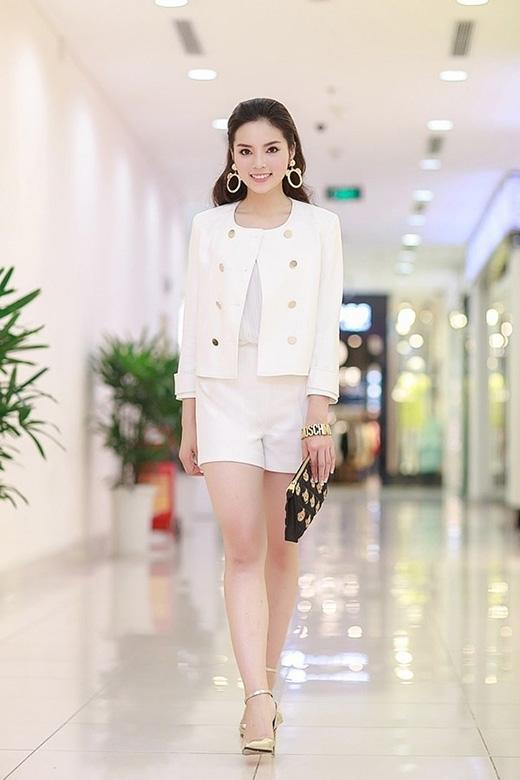 Sau những nỗ lực thay đổi và tìm kiếm một phong cách thời trang phù hợp, Kỳ Duyên cũng sánh vai cùng các đàn chị trong bộ trang phục đơn giản, trẻ trung nhưng không kém phần thanh lịch, sang trọng.