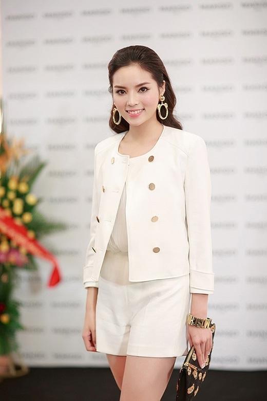 Phụ kiện ánh kim đi kèm gồm vòng tay, hoa tai, ví cầm tay tạo nên một sự hài hòa, đồng nhất cho bộ trang phục.