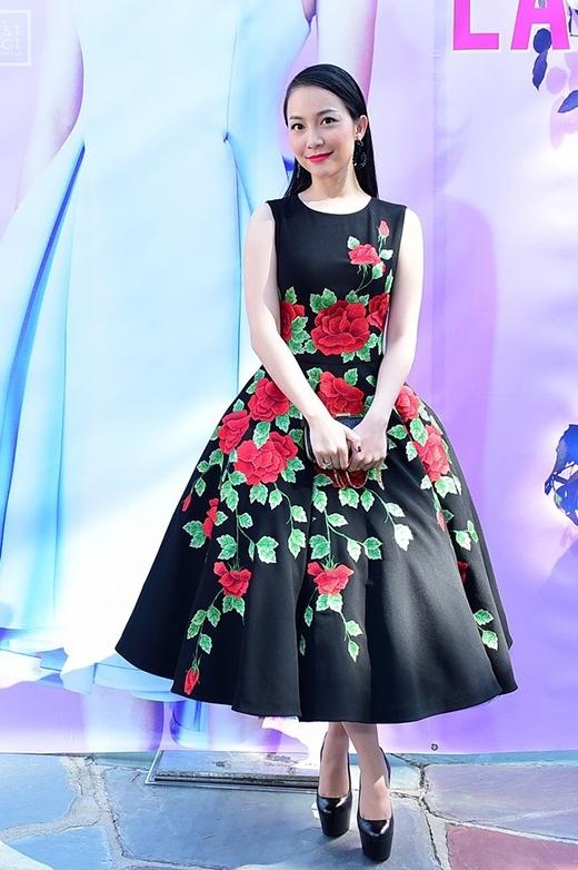 Những họa tiết hoa hồng thêu tay tỉ mỉ, tinh tế nổi bật trên nền vải đen đã giúp Linh Nga tỏa sáng khi tham dự show diễn Xuân - Hè 2015 của NTK Đỗ Mạnh Cường tại Mỹ.