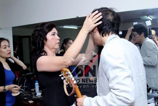 Chỉnh sửa tóc cho chồng. - Tin sao Viet - Tin tuc sao Viet - Scandal sao Viet - Tin tuc cua Sao - Tin cua Sao