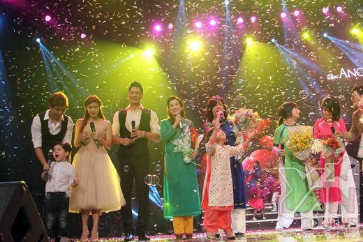 Ca khúc Ba ngọn nến lung linh bất ngờ vang lên ở phần cuối chương trình với sự góp giọng của 3 gia đình hạnh phúc khác trong showbiz và toàn thể khán giả có mặt tại đó. - Tin sao Viet - Tin tuc sao Viet - Scandal sao Viet - Tin tuc cua Sao - Tin cua Sao