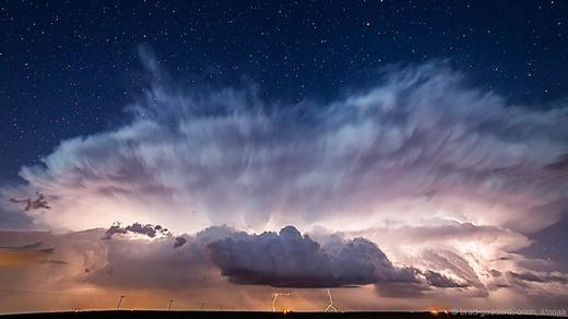 Bức ảnh được chụp bởi nhiếp ảnh giaBrad Goddardvề bầu trời đêm đằng sau cơn bão, những tia sét chớp làm sáng cả bầu trời…