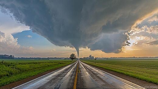 Cũng là một cơn lốc xoáy khác nhưng được Brad Goddard chụp xa hơn, tại Reinbeck, bang Iowa.