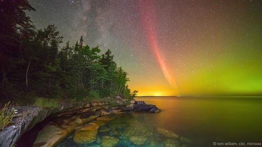 Hình ảnh mà tác giả Ken William ghi lại là vòng cung proton rực sáng phía trên hồ Superior tại Clio, bang Michigan.