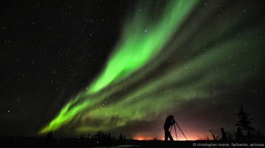 Nhiếp ảnh gia Christopher Morse đang lưu giữ lại những hình ảnh về cực quang cực kì đẹp mắt ở Fairbanks, bang Alaska.