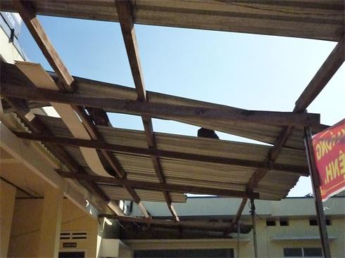Nhiều nhà người dân và phòng của Trạm y tế xã bị hư hỏng nặng