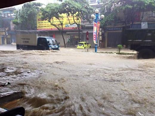 Lốc xoáy kinh hoàng xuất hiện bất ngờ, gây thiệt hại lớn cho người dân