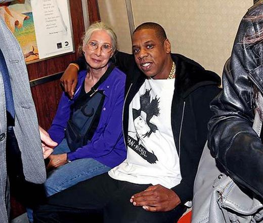 """Jay Z đã từng """"nhảy"""" lên chuyến tàu R ở Manhattan để đi đến concert của anh tại Barclays Center vào năm 2012. Nhưng đương nhiên là ngôi sao nổi tiếng đã đi kèm với đội ngũ an ninh của mình."""
