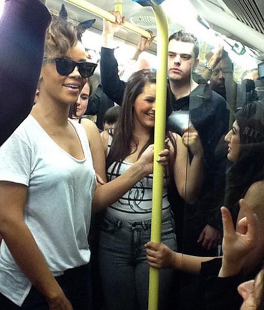 Rihanna quyết định thẳng tiến đến buổi biểu diễn của mình tại London không phải bằng cách thuê những chiếc Limo sang trọng hay xế xịn. Ngôi sao đã đi tàu điện ngầm như những người khách bình thường khác khiến fan của cô nàng đã rất thích thú với điều này.