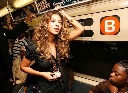 Diva của thế giới Beyoncécũng đã từng thử cảm giác đi xe điện ngầm, cô cho rằng những phương tiện công cộng rất thân thiện với môi trường.