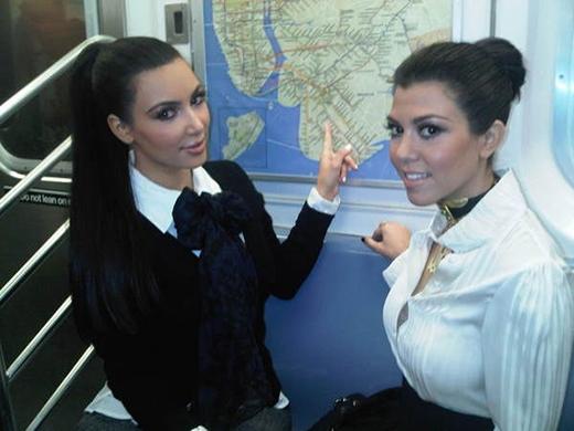 """Kim và Kourtney Kardashian từng khoe bức ảnh của cả hai đang trên tàu điện ngầm. Một số ý kiến cho rằng hai chị em nhà Kardashian chỉ đang cố """"làm màu"""" vì đảm bảo rằng hai cô nàng chưa bao giờ đến khu phố mà họ đang chỉ tay vào."""