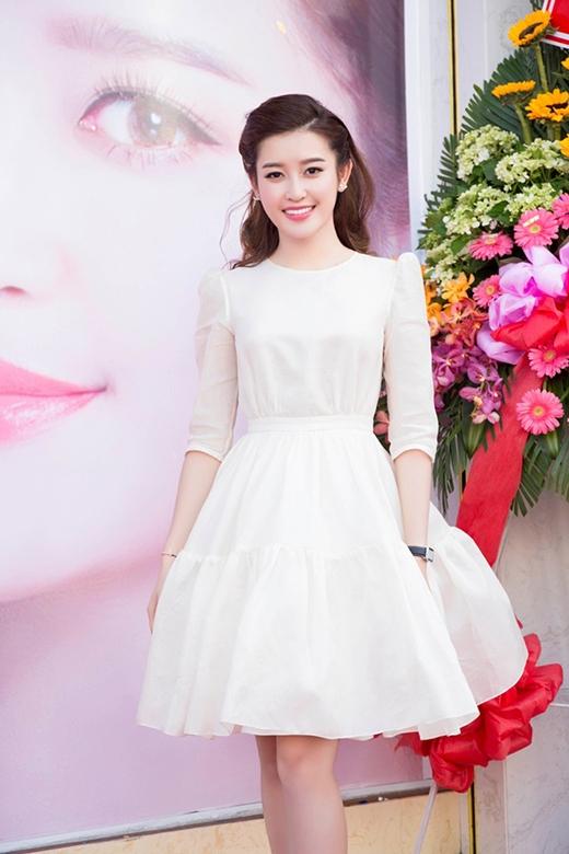 Phần tay phồng cùng chi tiết dún bèo nhẹ ở chân váy càng làm tăng thêm vẻ nữ tính, điệu đà cho Á hậu Việt Nam 2014.
