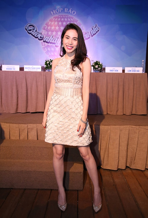 Chiếc váy ngắn cổ yếm của Thủy Tiên là một minh chứng điển hình.