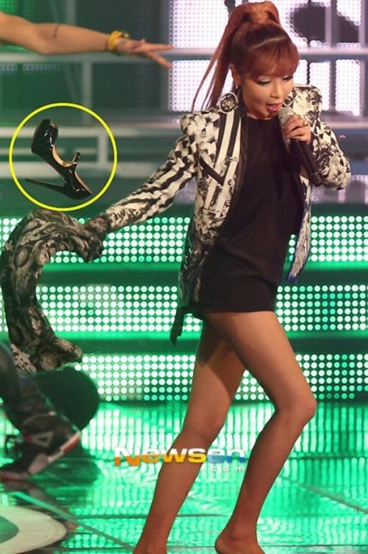 """Vì biểu diễn """"quá sung"""" nên chiếc giày của Park Bom (2NE1) cũng """"phiêu"""" theo nữ ca sĩ trên sân khấu."""