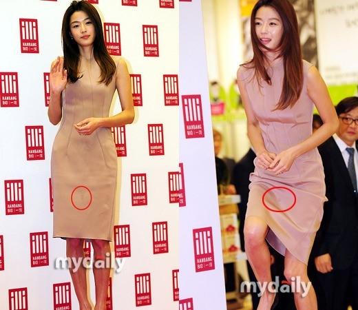 """""""Minh tinh Trái Đất"""" Jun Ji Hyun cũng không thoát khỏi lỗi trang phục. Dường như trước khi bước lên sân khấu, nữ diễn viên đã sơ ý làm đổ nước lên đầm để lại """"vết tích"""" đáng chú ý."""