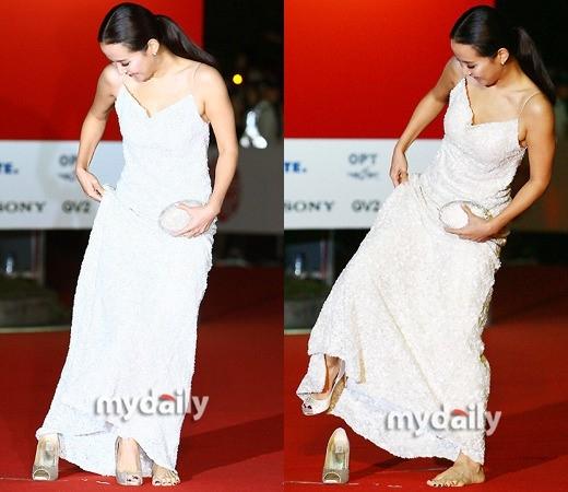 Không hiểu sao mà nữ diễn viên Jo Yeo Jung lại có thể đi giày ngược khi bước trên thảm đỏ như thế?