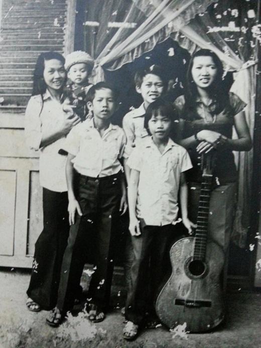 Bức ảnh độc thời bé khi Dương Triệu Vũ chưa đầy một tuổi được mẹ bế trên tay còn Hoài Linh đứng phía sau. - Tin sao Viet - Tin tuc sao Viet - Scandal sao Viet - Tin tuc cua Sao - Tin cua Sao