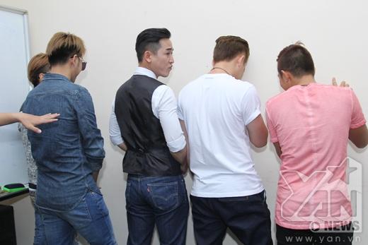 Tư thế chơi trò chơi khá bá đạo của các thành viên nam - Tin sao Viet - Tin tuc sao Viet - Scandal sao Viet - Tin tuc cua Sao - Tin cua Sao