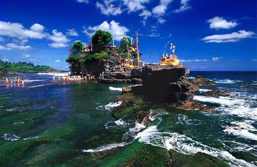 Đền Tanah Lot uy nghi sừng sững giữa biển.
