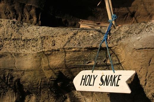 Bảng chỉ dẫn vào hang rắn thần