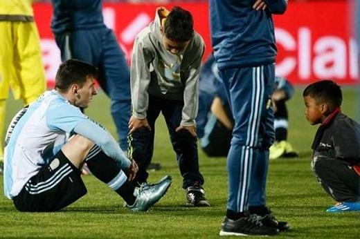 Xúc động với hình ảnh fan nhí an ủi Messi