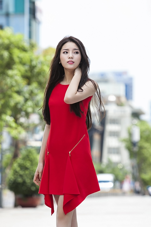 Hoa hậu Kỳ Duyên dạo phố với phong cách thời trang tương phản