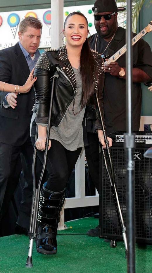 Demi Lovatotừng bị thương ở chân vì bị ngã ở nhà riêng hồi tháng 2 đầu năm 2013. Thay vì mệt mỏi hay bực tức, cô nàng lại chọn cách đi nạng lên sân khấu để chào hỏi người hâm mộ với nụ cười không thể rạng rỡ hơn trên môi.