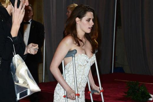 Các fan đã thực sự lo lắng khi nhìn thấy Kristen Stewart một mình chống nạng trên thảm đỏ giải Oscar 2013. Nữ diễn viên tiết lộ lý do bị thương là vì dẫm phải mảnh thủy tinh. Mặc dù phải di chuyển rất khó khăn, tuy nhiên cô nàng vẫn rạng rỡ và quyến rũ trong bộ trang phục lộng lẫy của mình.