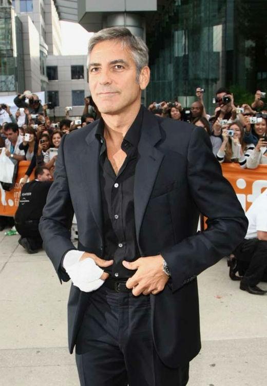 George Clooney bị thương ở tay phải khi anh vô tình bị cánh cửa ô tô đóng sập vào. Tuy nhiên, vẻ ngoài phong độ của Người đàn ông quyến rũ nhất hành tinh vẫn không hề bị suy suyển bởi bàn tay quấn băng này.