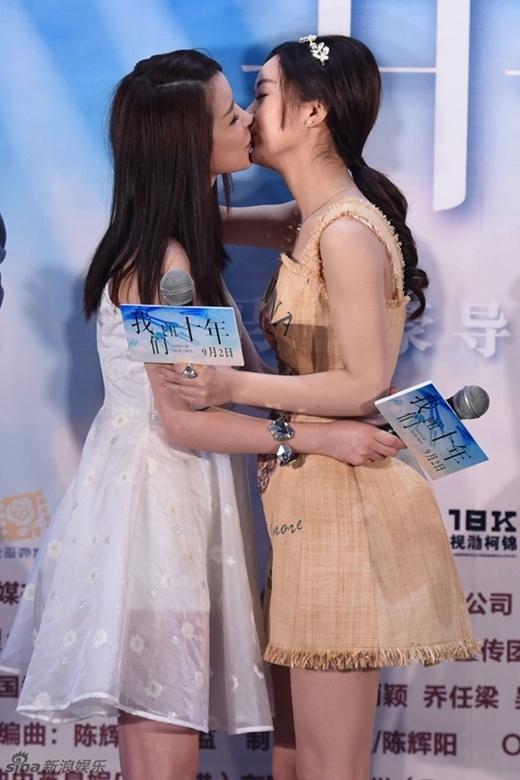 Hoa Thiên Cốt Triệu Lệ Dĩnh khóa môi bạn đồng giới trước ống kính