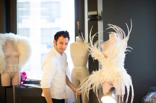 """Nhà thiết kếSerkan Cura, người được mệnh danh là""""Ông hoàng của những đôi cánh thiên thần Victoria's Secret""""."""
