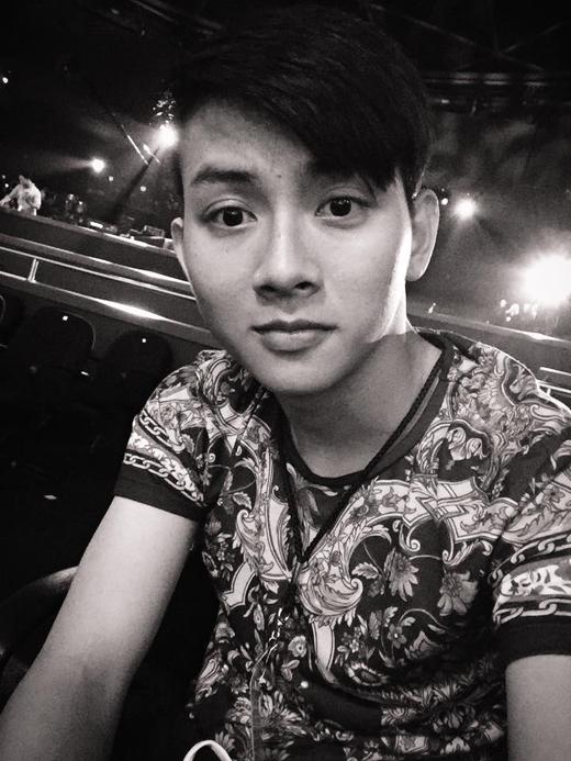 Hoài Lâm đã đăng tải hình ảnh này trên trang cá nhân của anh. Có thể thấy nam ca sĩ này đang chuẩn bị thực hiện màn trình diễn của mình tại hải ngoại. Với những thông tin này của Hoài Lâm, các fans của anh đã gửi lời cầu chúc may mắn đến thần tượng của mình.