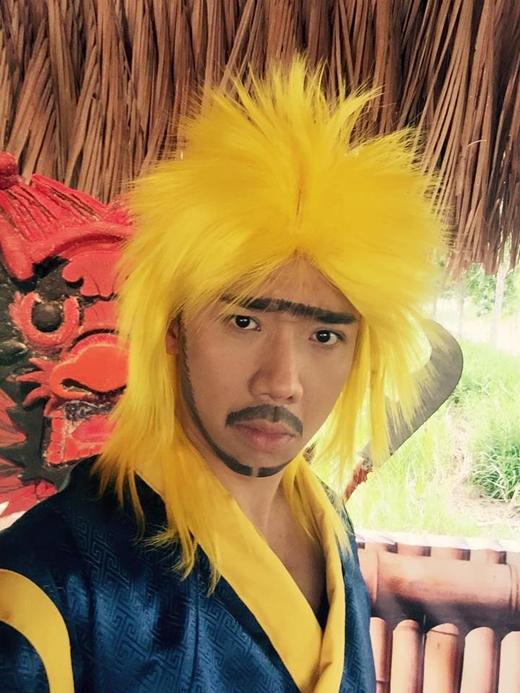 Trấn Thành đã có màn đóng giả nhân vật Tạ Tốn, nhưng thay vì thể hiện được sự oai hùng của nhân vật này thì nam MC đã làm lố lên, khiến nhân vật trông có vẻ đáng sợ được anh thể hiện vô cùng hài hước.