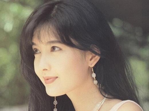 Châu Huệ Mẫn: Mặc dù không còn trẻ nhưng đến giờ Huệ Mẫn vẫn là biểu tượng của vẻ đẹp không tuổi showbiz Hồng Kông. Nhiều người tiếc nuối khi cô cưới Nghê Chấn.