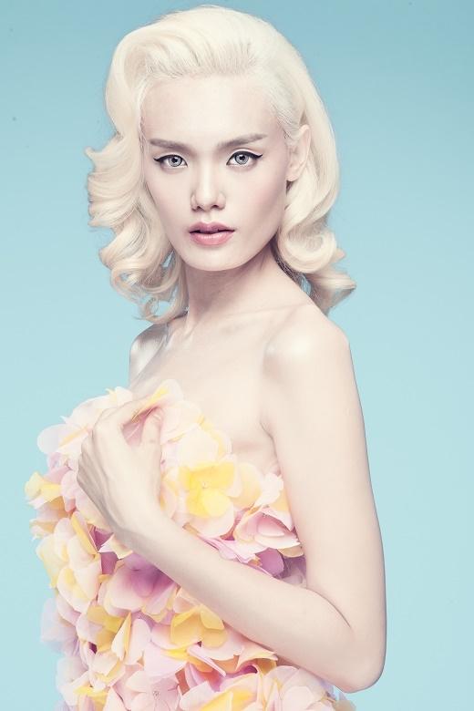 Lê Thanh Thảo như hóa thân thành một đóa hồng thực thụ khi diện chiếc váy cúp ngực được đính kết những chi tiết tạo hiệu ứng 3D.