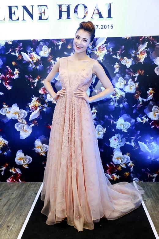 Tham dự buổi tiệc khai trương một cửa hàng thời trang tại Hà Nội, Hồng Quế rũ bỏ hình ảnh gợi cảm, táo bạo trở nên điệu đà, nữ tính hơn khi diện chiếc váy xòe dài với phom dáng cổ điển. Dù lựa chọn tông màu pastel hợp xu hướng nhưng chính sự nhăn nhúm của chiếc váy cùng những chi tiết đính kết không mấy tỉ mỉ đã khiến chân dài Hà thành mất điểm.Trông cô như đang mặc một chiếc váy từ nhiều năm về trước bị bỏ quên trong xó tủ.