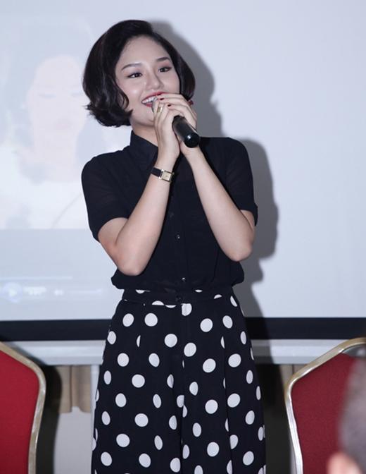 Trong buổi tiệc sinh nhật của mình, Miu Lê diện bộ trang phục kết hợp áo sơ mi mỏng kết hợp cùng quần culottes hợp mốt với họa tiết chấm bi. Lấy sắc đen làm chủ đạo kết hợp mái tóc ngắn uốn xoăn ở phần đuôi khiến nữ ca sĩ như cộng thêm vài tuổi cho mình.
