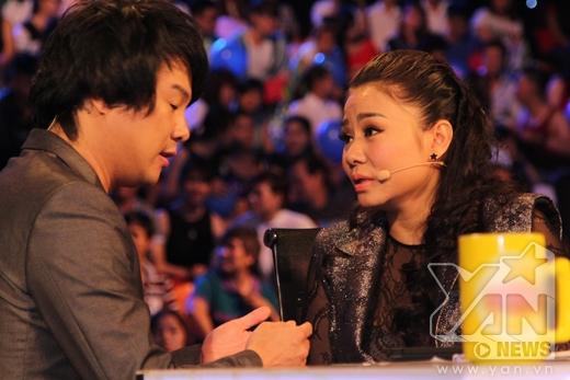 Cô và giám khảo Thanh Bùi cùng nhau trò chuyện trước khi buổi phát sóng được diễn ra. - Tin sao Viet - Tin tuc sao Viet - Scandal sao Viet - Tin tuc cua Sao - Tin cua Sao