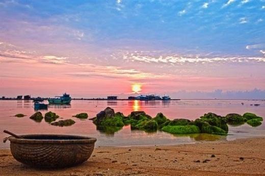 Những bãi tắm ở đảo Phú Qúy cũng là địa điểm lý tưởng cho một cuộc dạo biển vào lúc hoàng hôn.