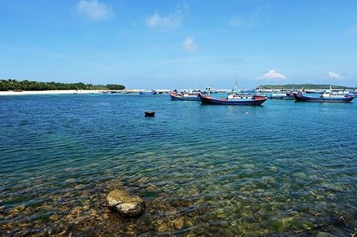 Nước biển xanh trong vắt thấy đáy của đảo Phú Qúy.