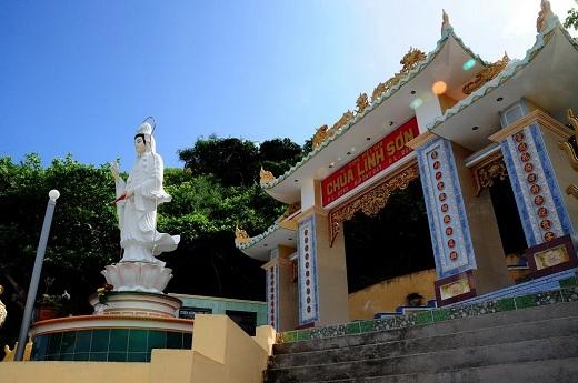 Từ chùa Linh Sơn có thể phóng tầm mắt ra một khoảng đảo rộng lớn bên dưới.